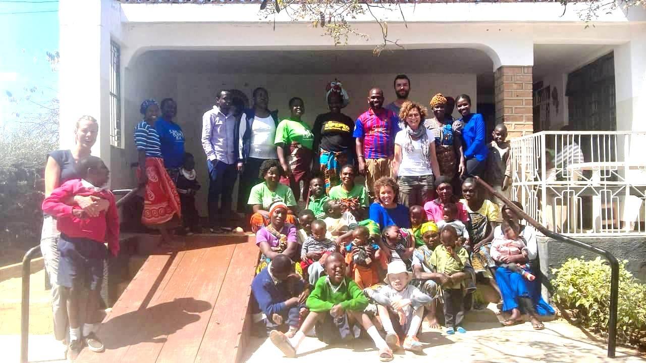 Anita con i beneficiari e lo staff di Iringa in Tanzania